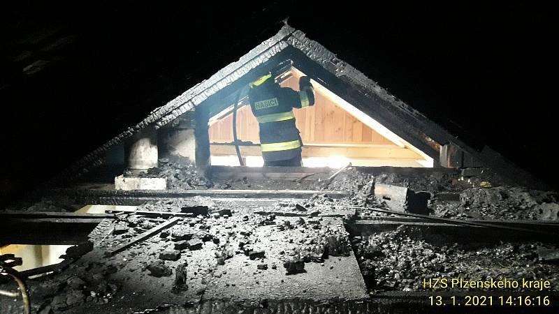 Požár rodinného domu ve Strašíně. Foto: HZS