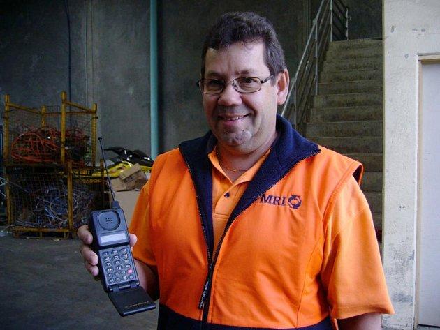 Milan Zajíček s jedním z mobilů ze své sbírky