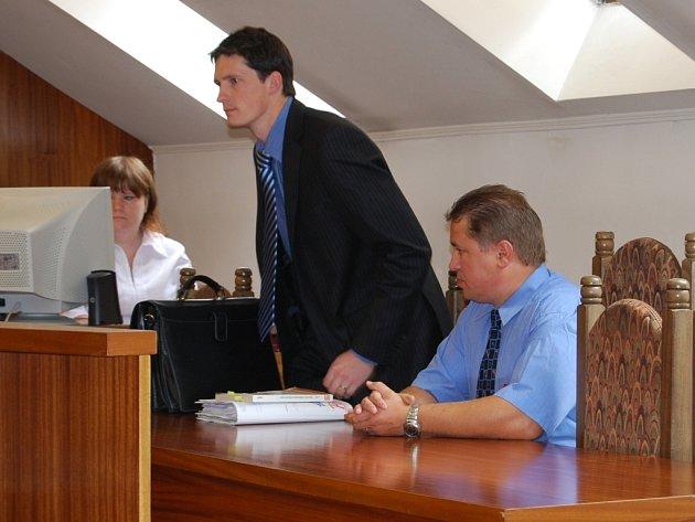 Michal Pörner (vpravo) se svým obhájcem Zbyňkem Holým