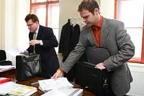 Lukáš Soudek (vpravo) se svým advokátem