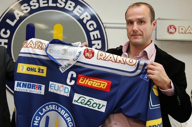 Martin Straka ukazuje dres plzeňských hokejistů na letošní sezonu.