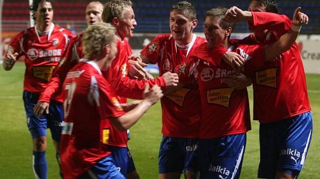 Fotbalisté Viktorie Plzeň (na snímku se radují z gólu v pondělním utkání I. ligy proti Žižkovu) se v pátek představí Německu v přípravné duelu proti bundesligovému Cottbusu