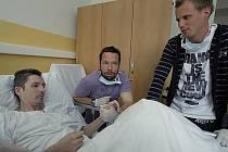 Vážně zraněného fanouška Viktorie Plzeň Davida Bakalu navštívili v nemocnici v Ostrově nad Ohří fotbalisté západočeského týmu Pavel Horváth a David Limberský (vpravo)