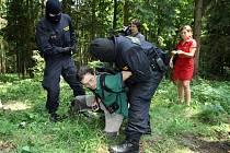 Při představování prostoru novinářům vojenská policie zatkla aktivistu Jana Piňose.