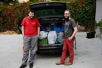 Dobrovolníci  (na snímku je vlevo Antonín Ladman a Jan Zeman) odjeli pomáhat do utečeneckých táborů.