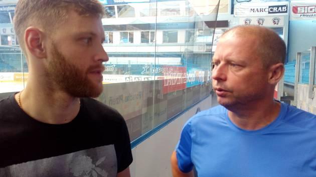 Brankář Dmitrij Milčakov (vlevo) se po prvním tréninku v Plzni baví s trenérem gólmanů Rudolfem Pejcharem.