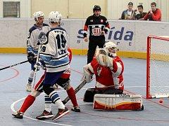 Už ve druhé minutě se ujali hráči Plzně vedení brankou Jaroslava Pauera (uprostřed), nakonec z utkání s Rakovníkem vytěžili jen jeden bod.