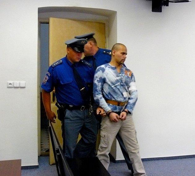 Václav Ivanicz s eskortou na Krajském soudu v Plzni.