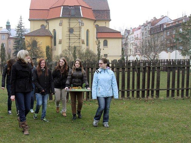 Na návštěvu zahrady plné bylinek zvou dominikáni a nedaleká  Masarykova základní škola, jež jedinečné místo na Jiráskově náměstí plánuje otevřít veřejnosti