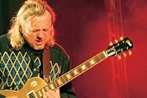 Kytara, Klobouček, Report, Žebřík, Kráska a zvíře – to všechno jsou srdeční záležitosti skvělého českého rockera Michala Pavlíčka