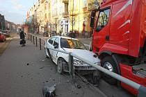 Nehoda tahače a osobního auta u tramvajové zastávky Dobrovského