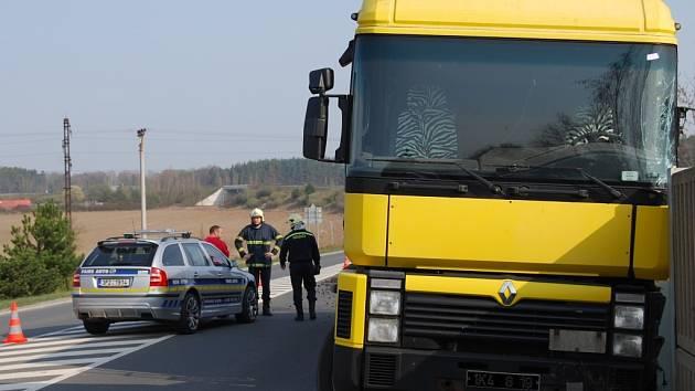 Havarovaný nákladní automobil na mostu u Nýřan.