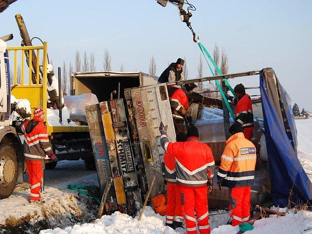 U nájezdu na D5 u Blatnice se ve čtvrtek odpoledně převrátil kamion. Silnice musela být uzavřena kvůli přeožení nákladu a vyproštění vozidla