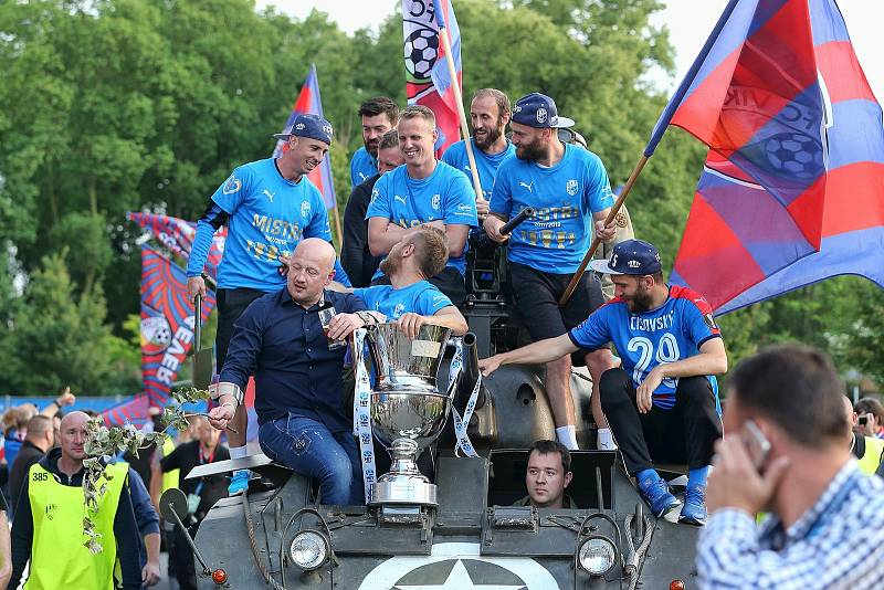 Naposledy mistři. Adolf Šádek a jeho pověstné klacky proti tankům po titulu v roce 2018.