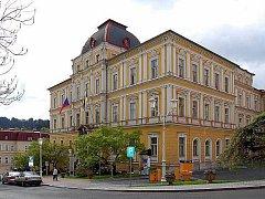 Současná radnice v Mariánských Lázních je v tristním stavu. Město muselo uzavřít i některé kanceláře.