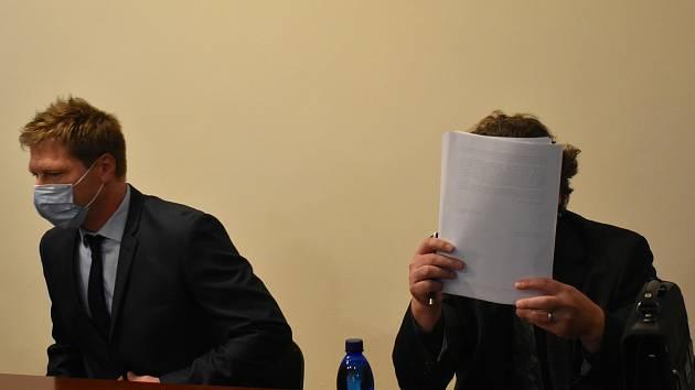 Zdeněk Sýkora (39) z Karlovarska a Vladimír Prayer (49) z Plzně u klatovského soudu.