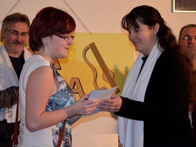 Od Heleny Parisové převzala cenu za 1.místo v autorské soutěži Kristýna Nídlová z Jihočeského kraje