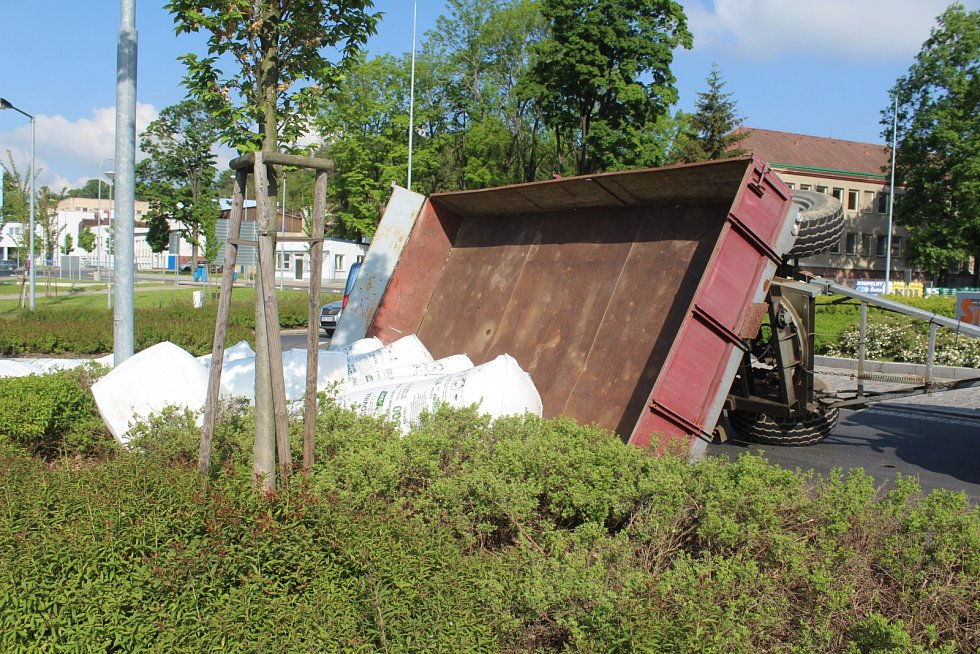 Nehoda traktoru zablokovala provoz na kruhové objedu u nemocnice v Klatovech