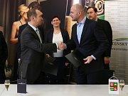 Hejtman Plzeňského kraje Josef Bernard a ředitel Bohemia Sektu Ondřej Beránek podepsali smlouvu o partnerství