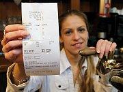 I nákup za 33 korun musí personál restaurací a hospod elektronicky zaevidovat a poslat na úřad. Výčepní to sice dělají, ale většina z nich je povinností  dost otrávená. To se ale netýká slečny z plzeňské hospody Wallis na snímku.