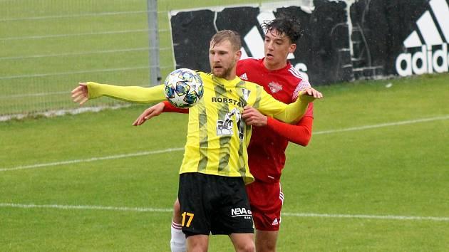 FK Robstav Přeštice (žlutí) vs. SK Petřín Plzeň (červení) 3:1.
