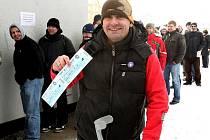 V pondělí ráno se začaly prodávat lístky na čtvrtfinále play off hokejové extraligy. U ČEZ arény tak byly k vidění dlouhé fronty čekajících fanoušků