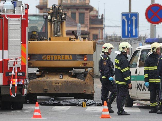 Bagr srazil na křižovatce Borské a Klatovské ulice na přechodu pro chodce ženu. Ta na místě zemřela