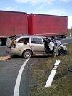 V pondělí ráno bouralo u Kokořova nákladní auto s osobním.