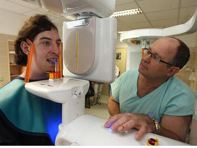 Nový rentgen na Stomatologické klinice ve Fakultní nemocnici nabízí hned několik výhod. Chrup zobrazí trojrozměrně, pacienta téměř neozáří a ještě mu při snímání hraje melodii Beethovenovy Elišky