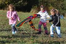 Pouštění draků si užívali děti i dospělí na drakiádě v Plzni Liticích. Na Dubové hoře se sešlo několik desítek účastníků. Soutěžilo se v několika kategoriích - o nejkrásnějšího draka, nejoriginálnějšího draka a také o draka, který měl nejvyšší vzlet.