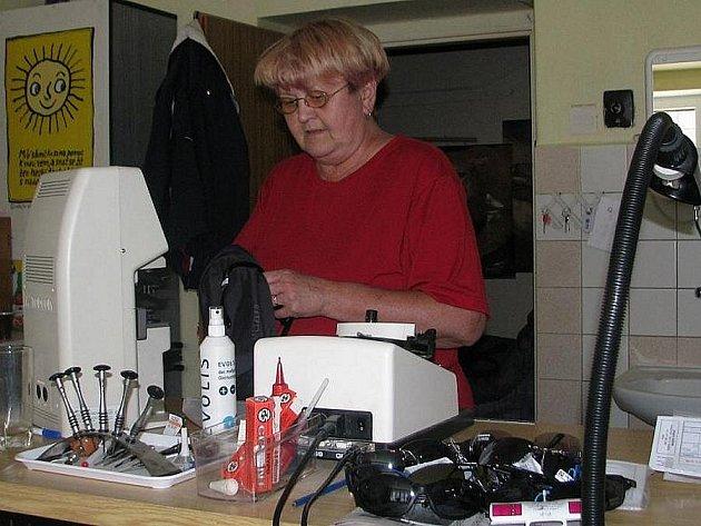 Optička Jaroslava Ježková našla na devíti z deseti slunečních brýlí optické vady.
