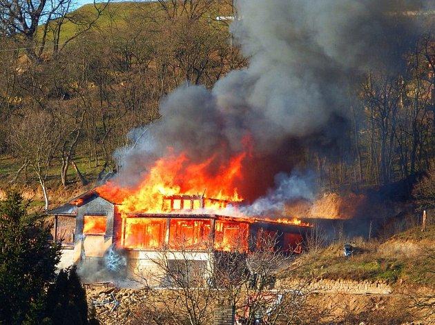Požár zachvátil novostavbu v Radčické ulici