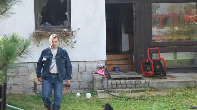 Práci hasičských vyšetřovatelů na místě sledoval jen tento  pes, který po zemřelém muži zůstal