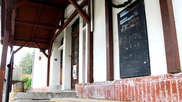 Na snímku je několik měsíců osiřelá hospůdka v severoplzeňských Čeminech, v jejíž oživení  místní zatím doufají. Zavřela po zavedení EET.