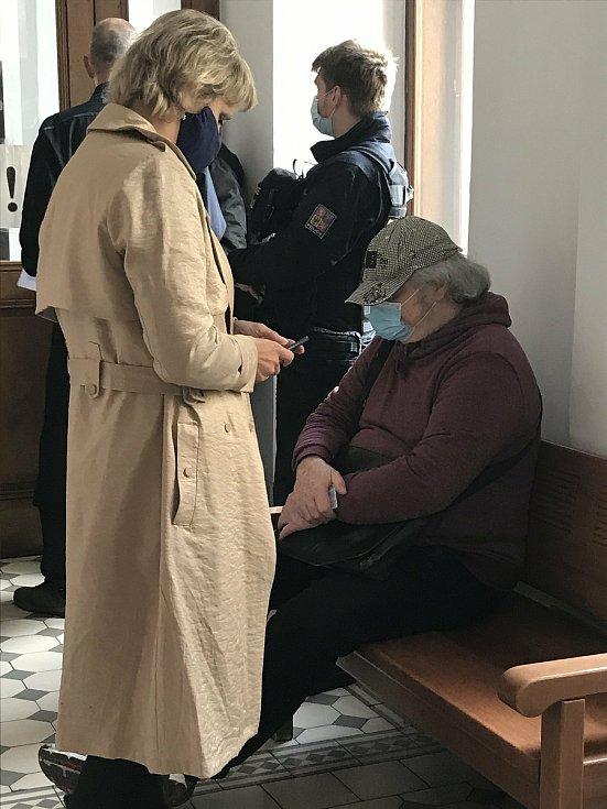 Až patnáct let vězení hrozí za propagaci a schvalování terorismu sedmdesátiletému důchodci Antonínu Dobnerovi z Plzně. Provinil se tím, že na internetové diskuzi schvaloval smrt tří českých vojáků, kteří zemřeli v Afghánistánu.