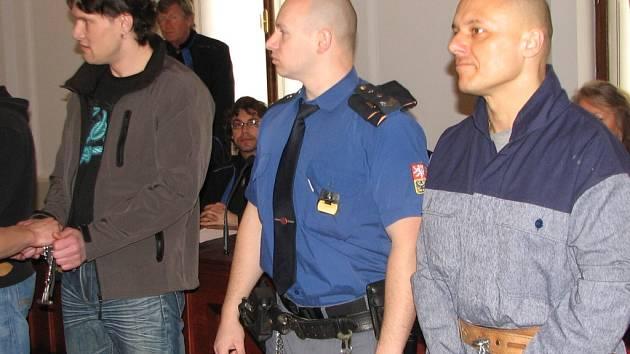 Podle spisu měli být tito dva muži – Martin Janů (vlevo) a Roman Bednář – hlavními aktéry v případu uloupených peněz jednomu z chebských kasin