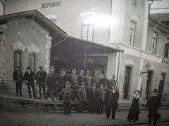 Dobová fotografie zaměstnanců stanice v Nepomuku, kteří vyhlížejí příjezd vlaku.