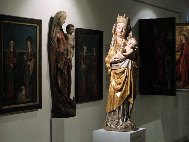 Jedním z vystavených exponátů je i Panna Maria s Ježíškem ze Švihova (v popředí)