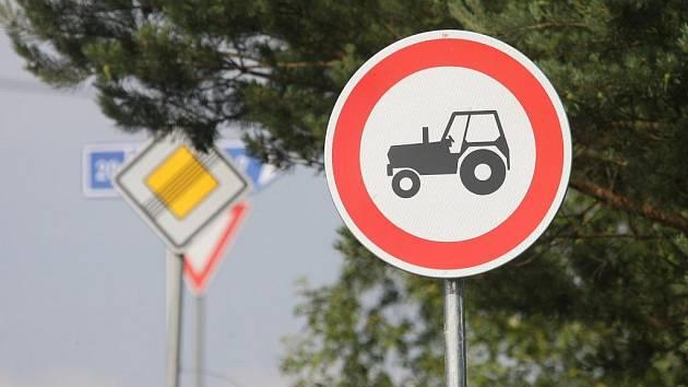 Zákaz vjezdu traktorů. Asi dvě desítky těchto značek se v posledních dnech objevily v okolí Plzně