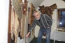 Jiří Špinka v Ateliéru řezby ve Chválenicích právě uvádí do chodu jednu ze svých kinetických dřevořezeb. Ateliér je veřejnosti přístupný každé pondělí od 14 do 17 hodin