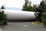 Souprava s nadměrným nákladem, údajně vezoucí komponenty pro větrné elektrárny, byla odstavena v důsledku poruchy na vozidle na odpočívadle za čerpací stanicí na 111 km dálnice D5 z Plzně na Rozvadov.