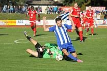 Dva body vytěžili ze slibně rozehraného zápasu fotbalisté Jiskry Domažlice (hráč v pruhovaném).