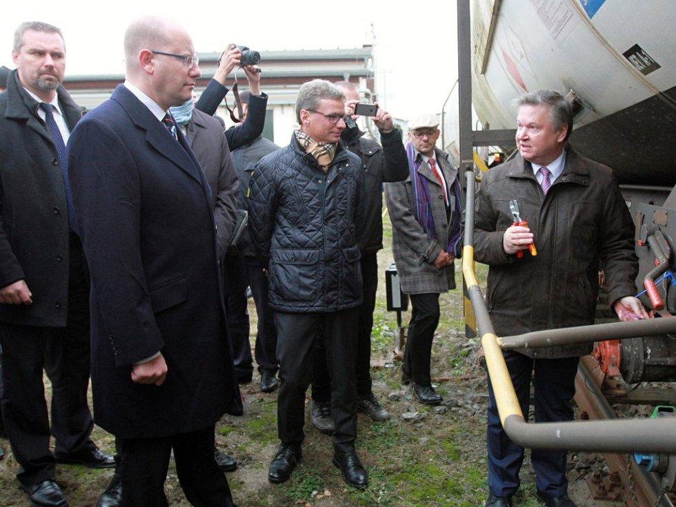 Předseda Správy státních hmotných rezerv Pavel Švagr odplomboval první vlak s českou naftou, do Třemošné dorazil i premiér Bohuslav Sobotka.