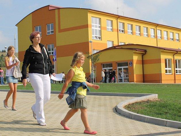 Novotou vonící Základní školu v Tlučné si včera prohlédly davy lidí, přičemž doslova zaplnily chodby i třídy