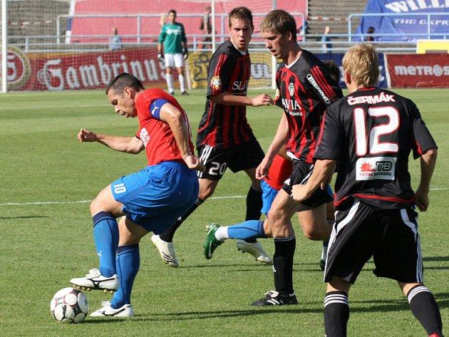 Kapitán Viktorie Plzeň Pavel Horváth (vlovo) si kryje míč před trojicí hráčů Žižkova v sobotním utkání I. Gambrinus ligy v Plzni.