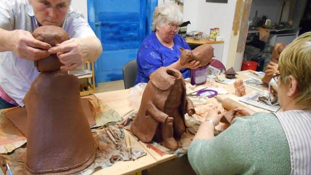 Seniorky z keramického kurzu při práci na betlému