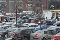 Najít místo na parkovišti před obchodním domem Olympia v Černicích zabralo spoustu času. Podobně na tom byla i ostatní obchodní centra v Plzni