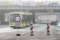 Kvůli rekonstrukci mostů u hlavního vlakového nádraží v Plzni byla uzavřena část Mikulášské ulice