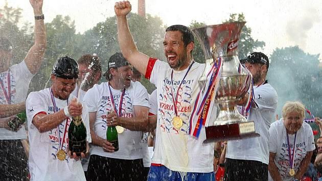Fotbalisté Viktorie mají za sebou skvělý rok. Vyhráli titul v Gambrinus lize a pak senzačně postoupili do základní skupiny Ligy mistrů. Zahráli si s Barcelonou i AC Milán, na jaře navíc budou pokračovat v Evropské lize