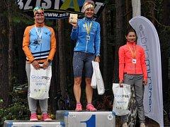 Nejrychlejší ženy na stupních vítězů.  Zleva druhá Barbora Šturmová, uprostřed vítězka Jindřiška Zemanová, vpravo třetí Vendula Janoušková.